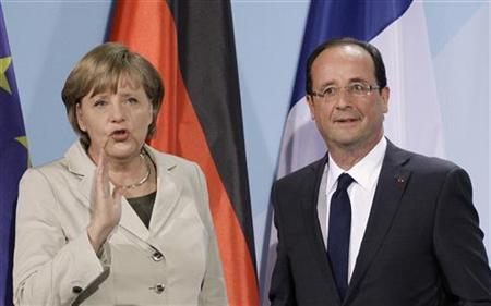 Bondskanselier Angela Merkel met de man naast haar, die de kooltjes uit het vuur mag halen, inzake de minder eervolle boodschap te verkondigen, namens de EU, dat de sancties tegen Rusland, uitermate pijnlijk zijn, voor de EU-economie..