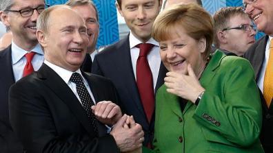 Een beeld dat aantoont dat Merkel en Poetin goed met elkaar konden opschieten, ook al is de relatie dan lichtelijk bekoeld. Bij Angela Merkel speelt nog steeds het verraad van de VS in het hoofd, in het kader van het afluisterschandaal door de NSA, waarbij tot 2x toe, zelfs haar eigen mobiel niet veilig bleek..!