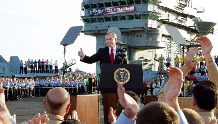 """George Bush tijdens zijn -voor velen misselijkmakende- propaganda rondom de oorlog in Irak. 'Mission Accomplished""""..??"""
