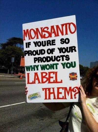 Een simpel bord wat de keiharde waarheid aantoont.. Waarom willen bedrijven als Monsanto niet dat GMOvoedsel als zodanig gelabeld mag worden..