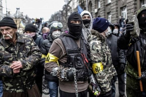 Dit waren de eerste beelden bij de opstand in Kiev, begin dit jaar. De neo-Nazi-banden waren nog volop te zien. De gezichten voor een deel nog herkenbaar.. Hoe anders is de geraffineerde aanpak nu, ingefluisterd door 'adviseurs uit de VS'..!