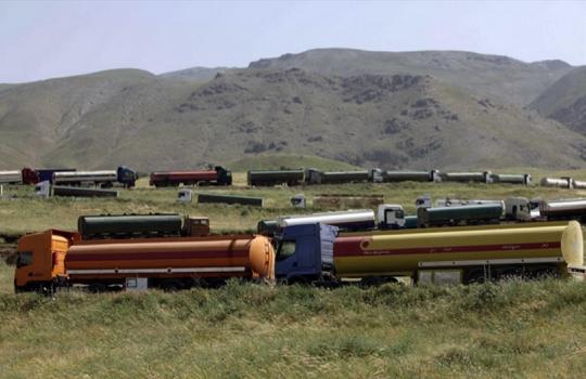 Een stoet van olietrucks die DAGELIJKS onafgebroken van de olievelden in Irak en Syrië naar distributiepunten voor de illegale olie rijdt. De afnemers..? Een groot deel van de G20-landen..!