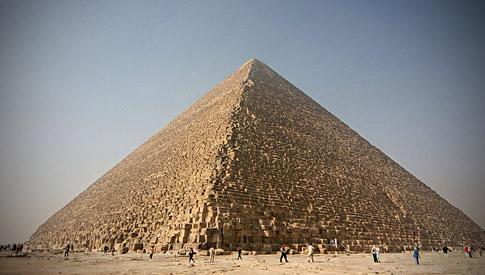 De meter als de inch zijn namelijk beiden zeer oude lengtematen, die aantoonbaar zijn gehanteerd door de bouwers van de piramides op het Gizeh-plateau