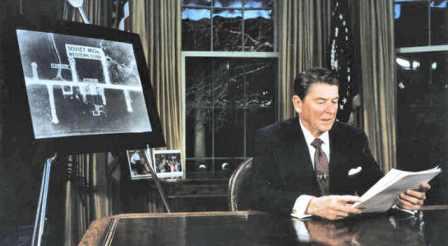 """President Ronald Reagan kondigt, vanuit the Oval Office, het Star Wars programma aan. """"Of u svp uw goedkeuring wilt geven aan een uitgave van US$ 130 miljard"""".."""