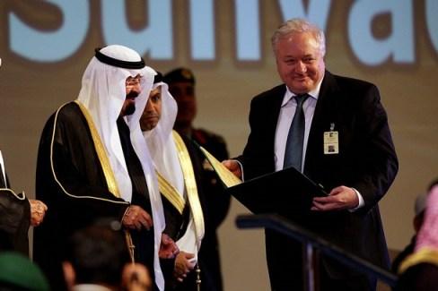 Professor Ronald Levy ontvangt de Arabische Nobelprijs-tegenhanger uit handen van Koning Faizal van Saoudi Arabië.