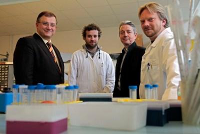 (2013) Het onderzoeksteam van professor Séralini, dat de uiterst funeste invloed van GMO-rommel op de gezondheid van ratten aantoonde. Inmiddels heeft de WHO de kankerverwekkende eigenschappen van RoundUp of glyphosaat wereldkundig gemaakt.. GMO-producten blijven gewoon overal te koop..