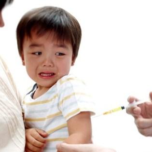 Met het gemak waarmee kinderen de vaccinaties krijgen toegediend, zou in ieder geval ook een omvangrijk programma klaar moeten staan voor ontstoringen en het registreren van bijwerkingen. Het beeld van vaccinaties als 'heilige koe' lijkt in ieder geval voorbij.