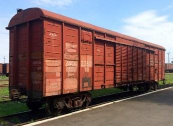 De wagon met persoonlijke bezittingen, verzameld en bewaakt door separatisten, staat nu onbeschermd op het station van de Oekraïense plaats Torez. Wat gaat het regeringsleger met deze wagon doen..??