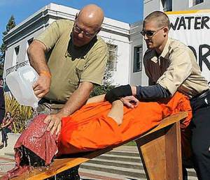 Gevangenen het gevoel geven dat ze stikken, verdrinken.. Martelen..? Nee joh, het is juridisch veilig, dus toegestaan.. Aldus Chertoff..!