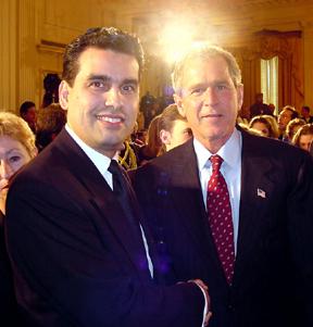 Rodriguez en Bush, toen hij door de overheid nog als held werd gehuldigd. Maar later wilde men niet meer op de foto met hem!