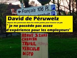 Péruwelz : David place des panneaux dans les ronds points pour trouver un job