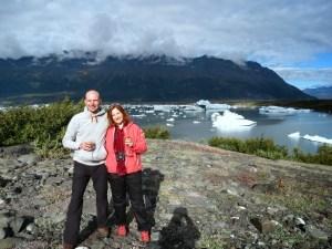 In alle rust genieten van een glaasje champagne aan de voet van de Knik Gletsjer