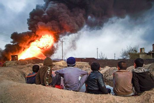 Iraq, Mosul District, Qayyarah on fire, by Mytyslav Chernov (CC4, 2016)
