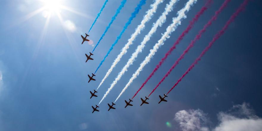 RAF Red Arrows flying over Buckingham Palace to celebrate the birthday of HM The Queen, 17 June 2017 (Crown Copyright 2017) MOD News Licence