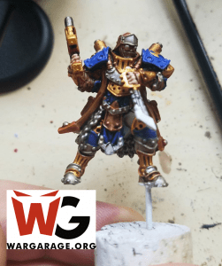 Trencher Warcaster Lieutenant de Cygnar en proceso, usando corcho y alambre para  mejor manejo