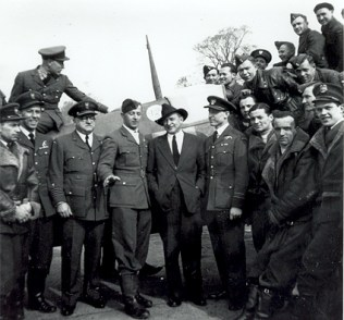 Merian C. Cooper with the pilots of Polish 303 Squadron in England (Public Domain)