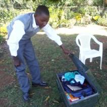 Alloyce mit Schulbox und Lernutensilien