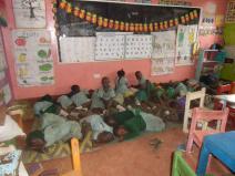 Mittagsschlaf im Klassenzimmer