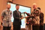 Marcel Silvius memberi plakat kepada Anand Batsukh dari Xacbank Mongolia
