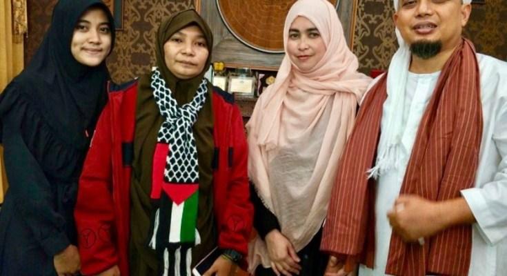 Dua mualaf yang berikrar syahadat di Masjid Az-Zikra Sentul, Bogor, Ahad 10 September 2017
