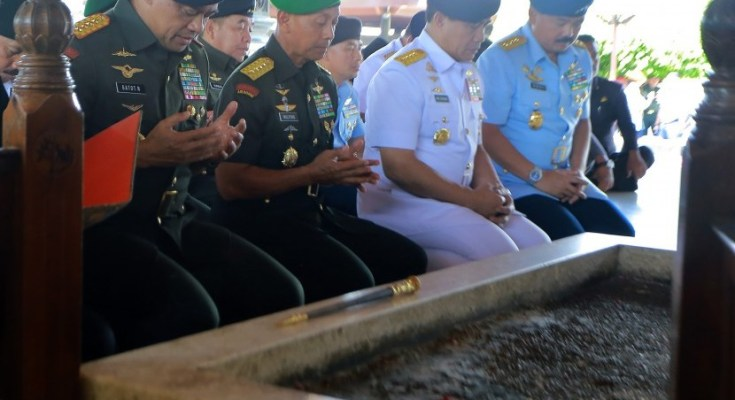 Panglima TNI Gatot Nurmantyo (kiri) bersama KSAD Jenderal TNI Mulyono (kedua kiri), KSAL Laksama TNI Ade Supandi (kedua kanan) dan KSAU Marsekal TNI Hadi Tjahjanto (kanan) memanjatkan doa di pusara makam Presiden RI ke-1 Soekarno di Blitar, Jawa Timur, Senin (18/9).