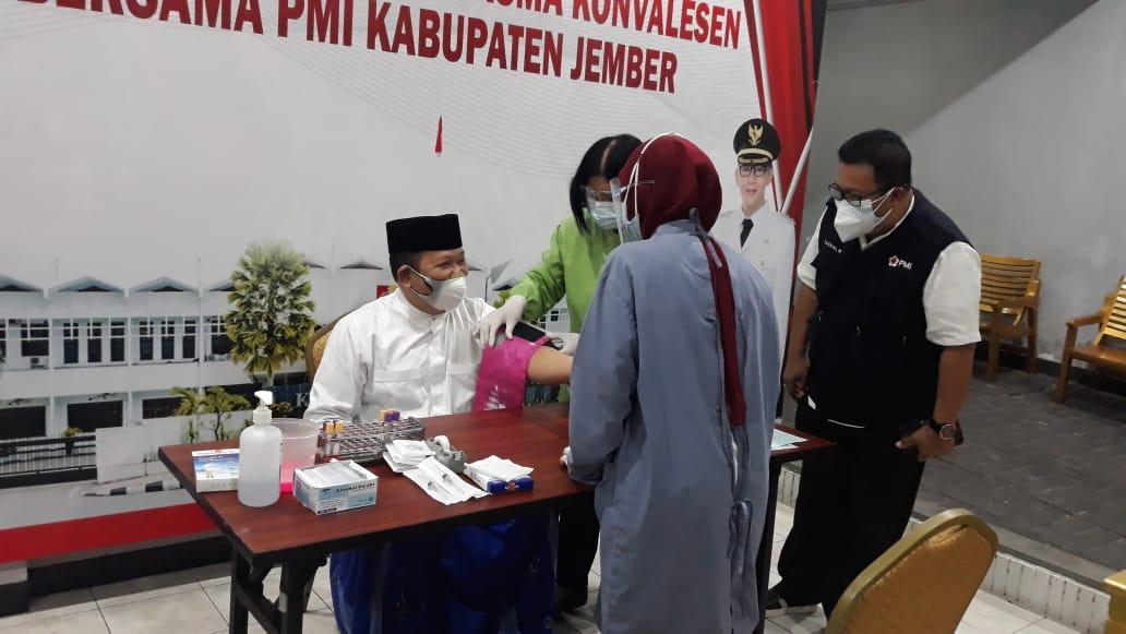 Bupati dan Ketua PMI Jember Kompak Pelopori Donor Darah Plasma Konvalesen