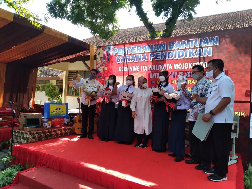 Ning Ita Serahkan Bantuan Sarpras Pendidikan SD – SMP se-Kota Mojokerto