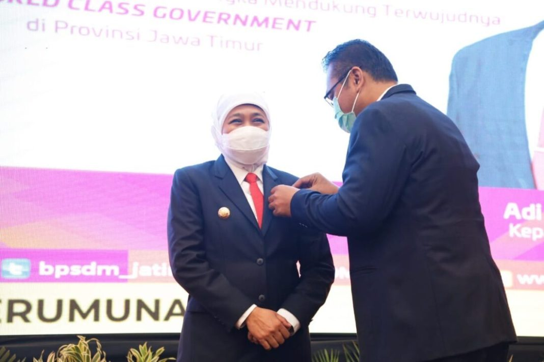 Gubernur Khofifah Raih Lencana Kehormatan Kepala Daerah Pemimpin Perubahan dari LAN