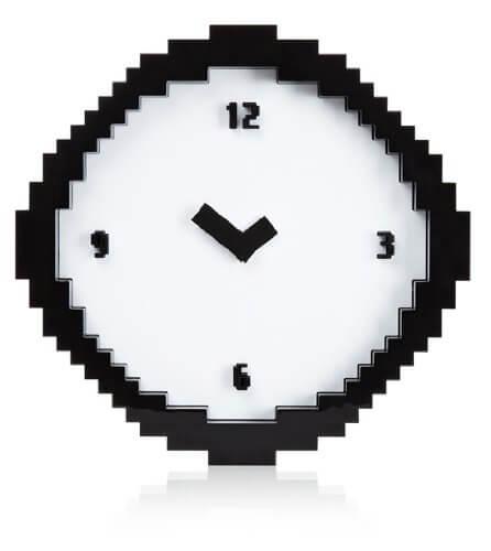 Nerd Geschenke - Die besten Gadgets für Geeks - Verpixelte Uhr im Comic oder Retro Computer Design