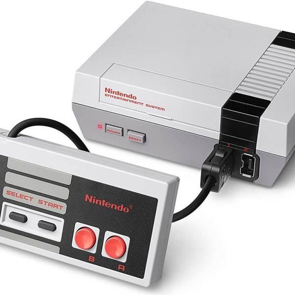 Die 4 besten Mini-Retro-Konsolen – 110% Liebe! www.was-maenner-wollen.de NES Nintendo Entertainment System Mini kaufen, Männergeschenk kaufen, Männerspielzeug kaufen, Männerspielzeug Definition Retro Konsolen Vergleich alle Retro Mini Konsolen im Vergleich