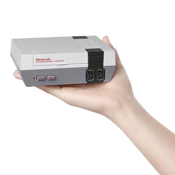 Die 4 besten Mini-Retro-Konsolen – 110% Liebe! www.was-maenner-wollen.de NES Nintendo Entertainment System Mini kaufen, Männergeschenk kaufen, Männerspielzeug kaufen, Männerspielzeug Definition