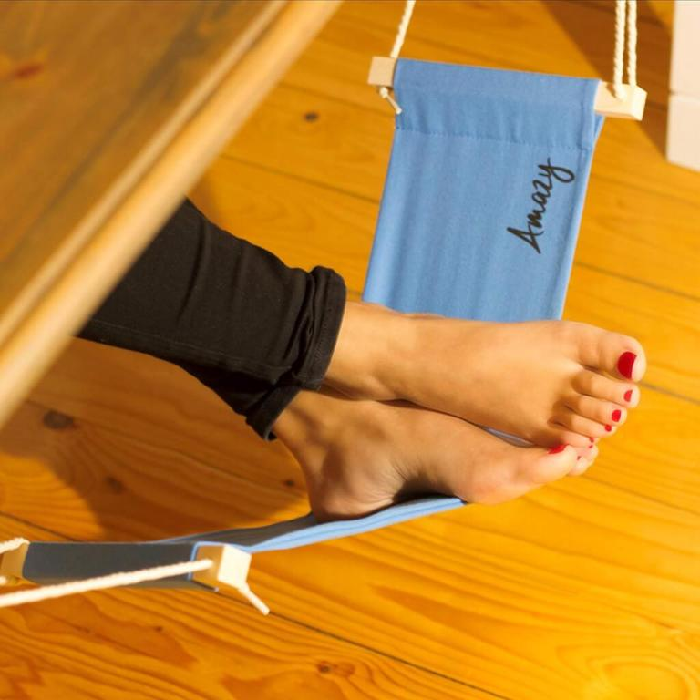 Schreibtisch Fußhängematte Enstpannung für das Büro Relaxed im Meeting Titelbild