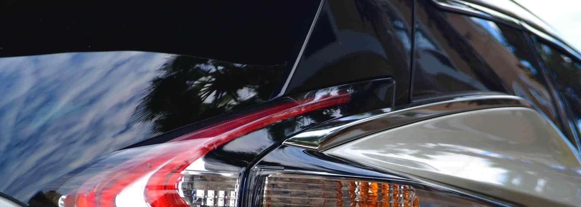 Rückseite eines Autos mit getönten Scheiben