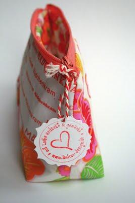 DIY Stoff bedrucken und daraus ein Täschchen nähen | Mädchenkram Täschchen, Stoffdruck, waseigenes.com