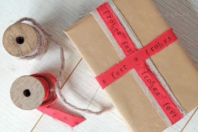 DIY Geschenkbänder aus Stoff | mit Wörtern und guten Wünschen bestempeln | Weihnachtsbastelei | waseigenes.com Blog