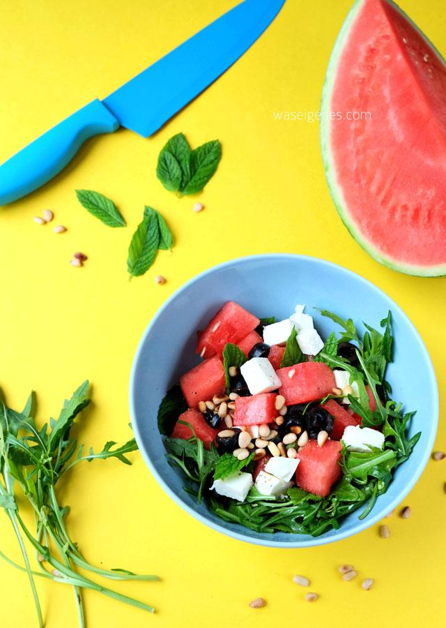 Rezept: Melonensalat mit Rucola, Feta, Oliven und Pinienkernen | waseigenes.com