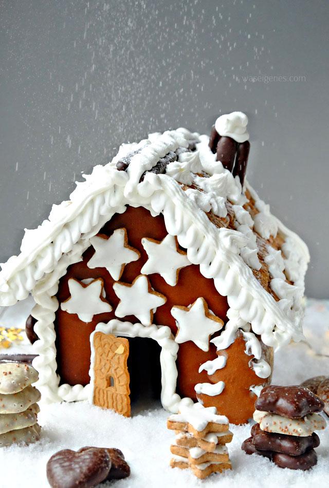 Lebkuchenhaus mit Zimtsternen und Spekulatius-Dach | Puderzuckerschnee | #LebkuchenChallenge | waseigenes.com November 2016