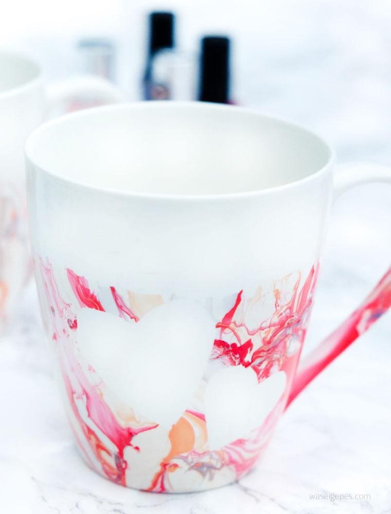 DIY Idee: Kaffeetassen mit Nagellack marmorieren, vorher Herzen aufkleben   waseigenes.com