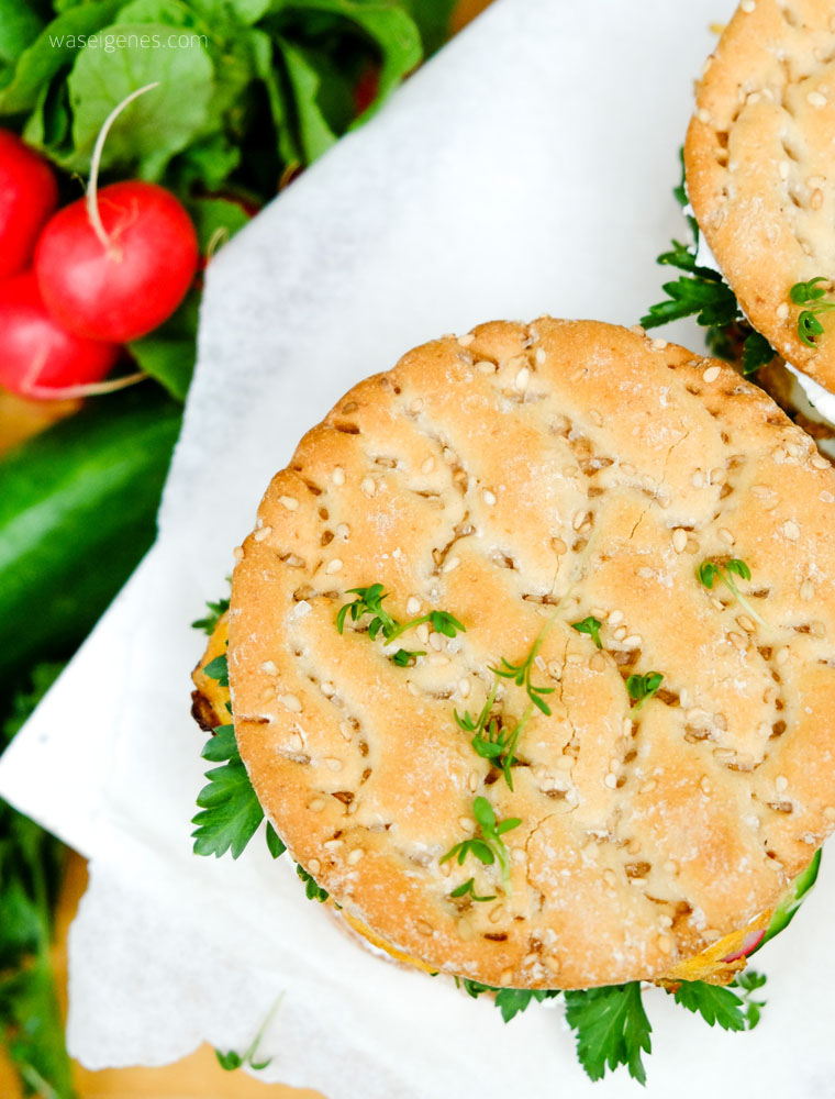 Ei Burger mit Frischkäse, Salatgurke, Radieschen und Kräuter | waseigenes.com
