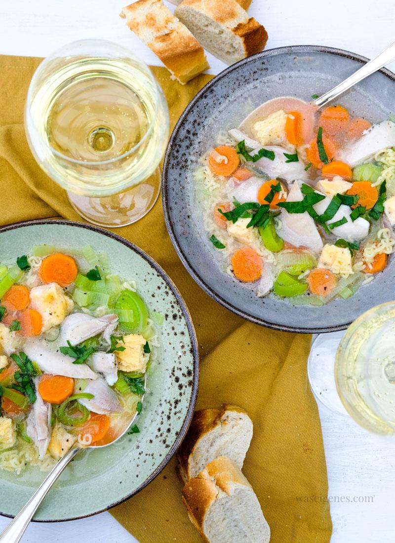 Rezept Hühnersupper | zwei Teller Hühnersuppe mit Gemüse und Eierstich, Baguette und frischer Petersilie von waseigenes.com