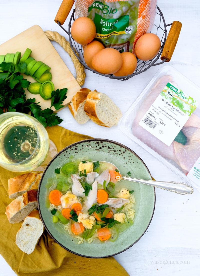Rezept Hühnersupper | ein Teller Hühnersuppe mit Gemüse und Eierstich, Baguette und frischer Petersilie von waseigenes.com