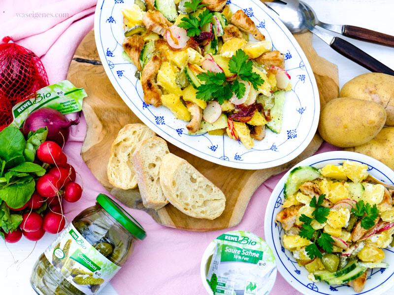 REWE bio: Kartoffeln, Zwiebeln, Radieschen, Cornichons, Salatgurke, saure Sahne, Auburn Pute | Kartoffelsalat mit karamellisierten Zwiebeln | waseigenes.com