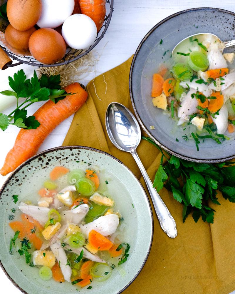 Rezept Hühnersupper | zwei Teller Hühnersuppe mit Gemüse und Eierstich von waseigenes.com