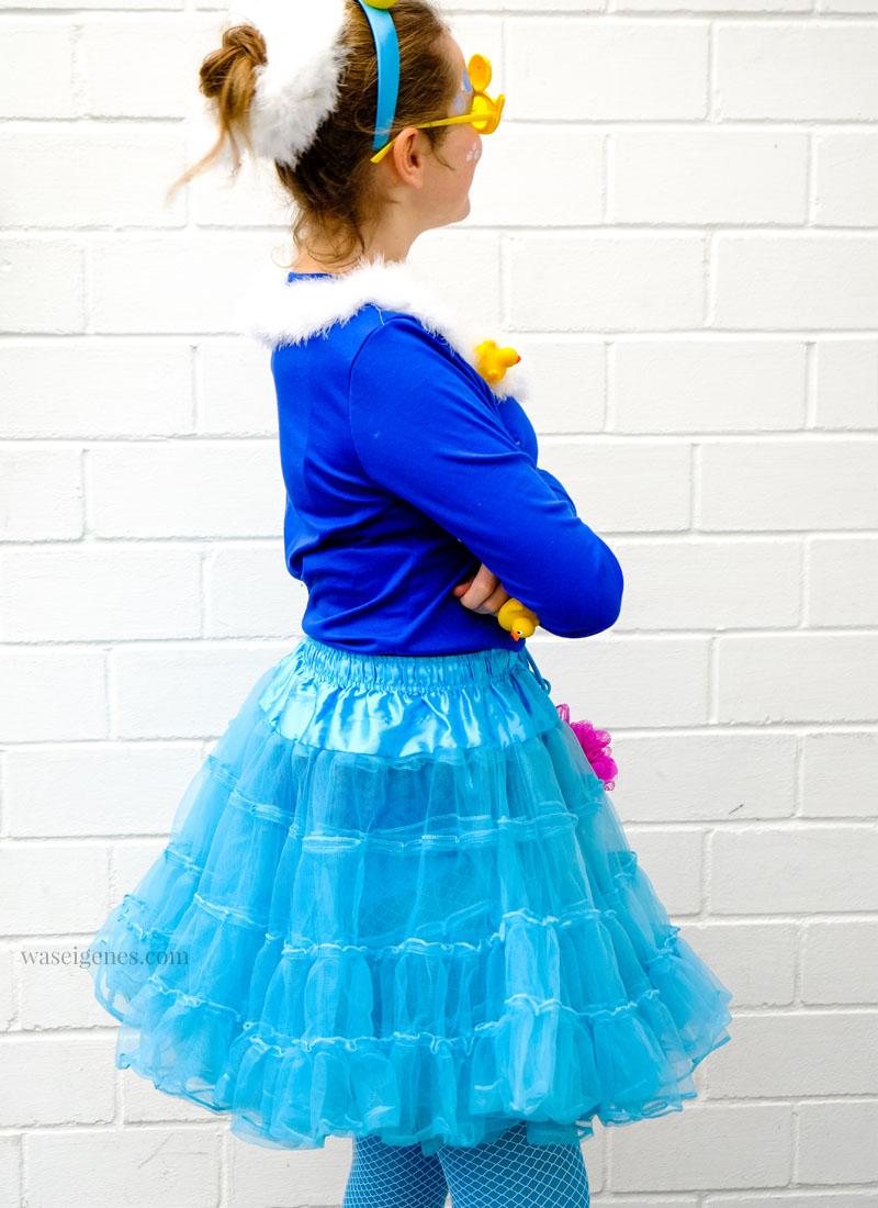 DIY Karneval Kostüm selber machen: Schaumbad | blauer Tüllrock, blaues Shirt, Quietscheentchen, Duschschwamm | Kostüm selber nähen und basteln | Karneval, Fasching, Halloween | waseigenes.com