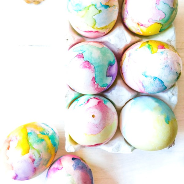 DIY: Ostereier mit Aquarellfarben bemalen | pastellfarbene Farbverläufe | waseigenes.com DIY Blog