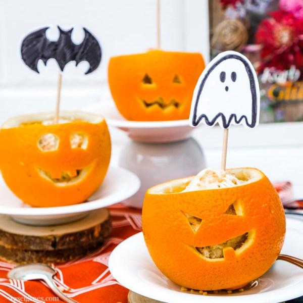 Einfaches Halloween Dessert: Gefüllte Orangen. Eiscreme & Krokant in ausgehöhlte und geschnitzte Orangen schichten, DIY Halloween Topper, waseigenes.com