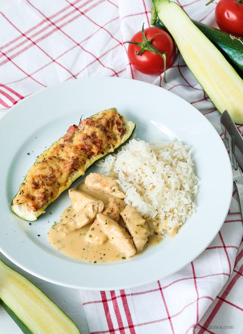 Lecker Mittagessen: Gefüllte & überbackene Zucchini mit Tomaten und Schinken. Dazu schmeckt Putengeschnetzeltes und Reis, Rezept - waseigenes.com