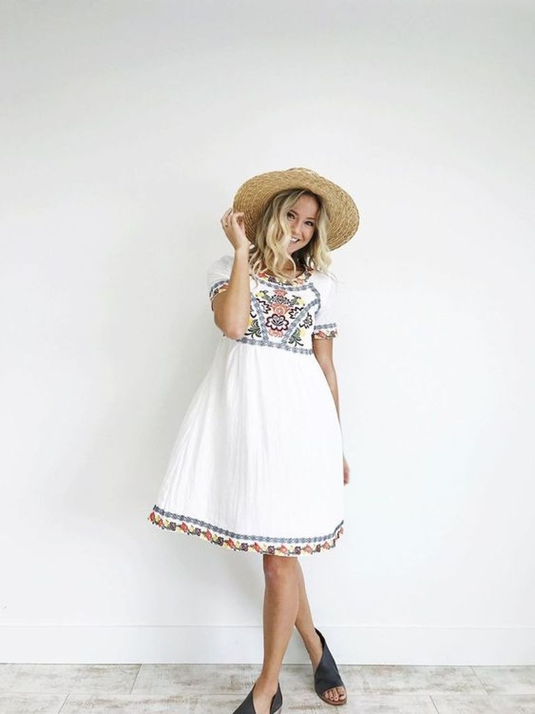 Embroidered flower dress with white color and knit hat