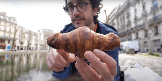 Alex keurt zijn favoriete croissants in Parijs