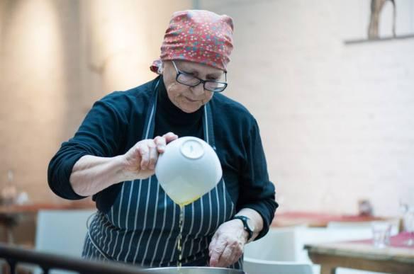 Nonna Sandra van l'Ozio maakt torta sbrisolona voor Milledoni Cook your Gifts